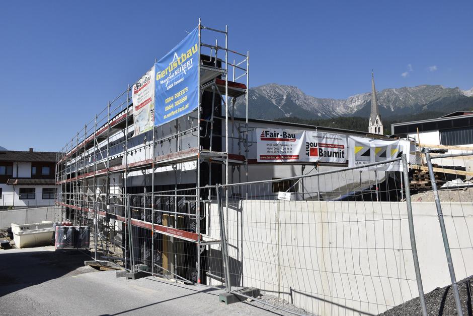 Die Fortschritte an der neuen Feuerwehrhalle der Imster Stadtfeuerwehr sind schon deutlich zu erkennen. Im Herbst wird sie fertig.