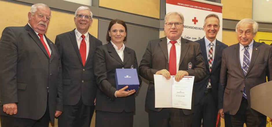 Reinhard Neumayr (Tiroler Ehrenpräsident), Werner Weinhofer, Sabine Kugler und Thomas Köll (beide RK-Bezirksstelle Imst), Tirols RK-Chef Robert Moser sowie ÖRK-Präsident Gerald Schöpfer (v.l.).