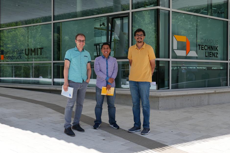 Fadi Dohnal, wissenschaftlicher Leiter am Campus Technik, hat die Forscher Miguel Ramírez Barrios (Mexiko) und Arnav Gupta (Indien) nach Lienz geladen (v.l.).