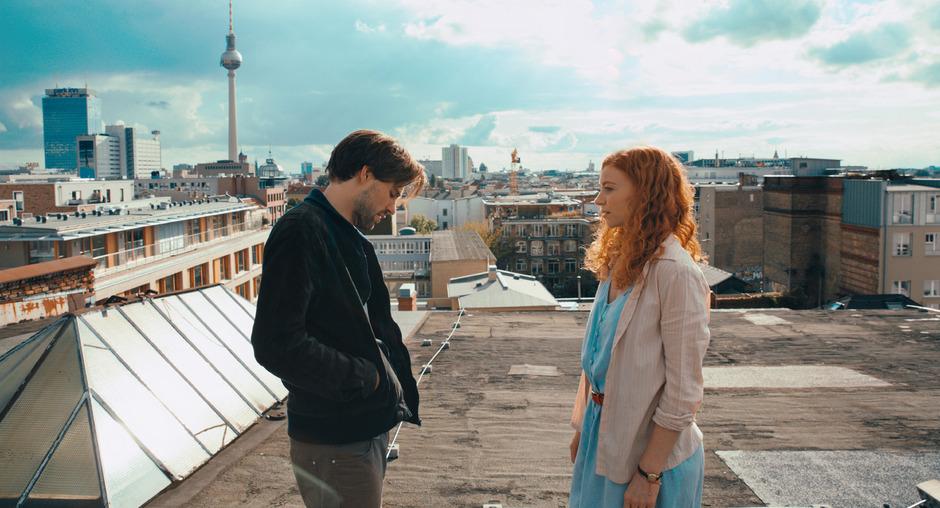 Auf Schatzsuche zusammen mit dem feschen Paul (Jeremy Mockridge), der Hauptfigur Cleo mit einem Schuss Romantik zur Abenteuer-Reise durch Berlin verführt.