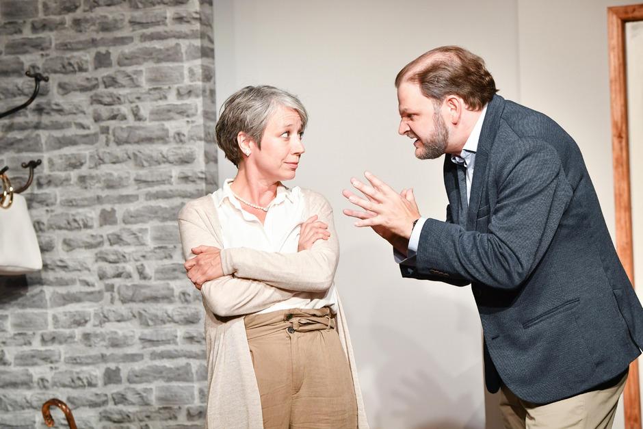 Im Leben schon zu spät dran? Ungemein unterhaltsam verhandeln Laurence (Bernadette Heidegger) und Pierre (Hans Danner) das Älterwerden.