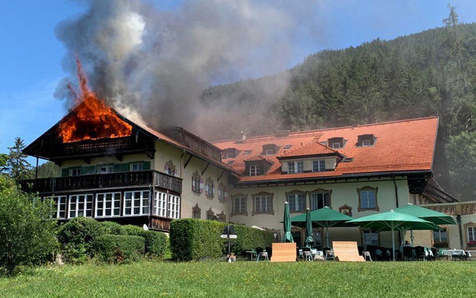 Meterhoch schlugen die Flammen aus dem Gebäude.