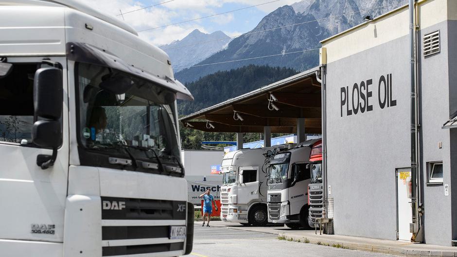 Ab Mitte nächster Woche erlassen das Land Tirol und der Autobahnbetreiber Asfinag Zufahrtsverbote zur Plose-Tankstelle in Fritzens. Dadurch sollen die Gemeinde und die Bevölkerung von Staus entlastet werden.