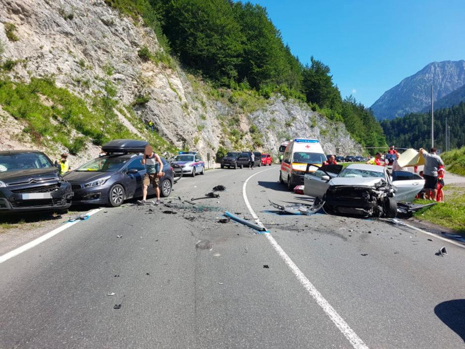 Alle drei Unfallwagen wurden schwer beschädigt.