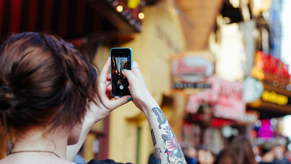 Selfies stehen bei Jugendlichen hoch im Kurs. Leichtsinnige Selbstinszenierung auf Felsen, Gleisen und Co. führt jedoch immer wieder zu tödlichen Unfällen.