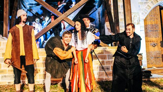 """Esmeralda und ihre Verehrer bei der Aufführung von """"Der Glöckner von Notre Dame""""."""
