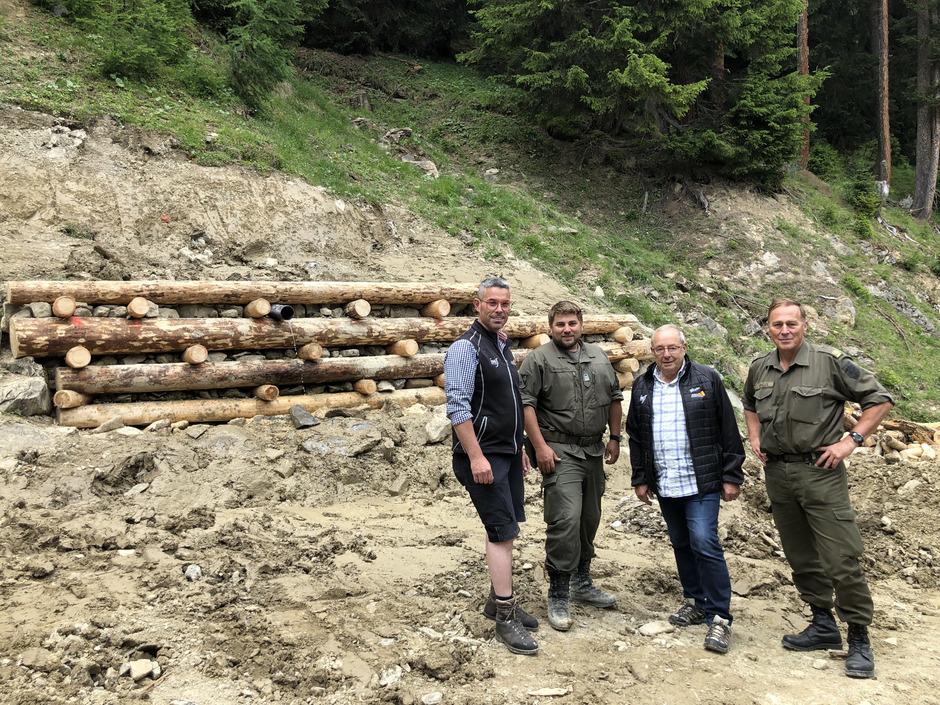 Freuen sich über die erfolgreiche Zusammenarbeit: Bernhard Schöpf (GF Imster Bergbahnen), Oberstabswachtmeister und Imster Gemeinderat Markus Bernardi, Vize-BM Gebhard Mantl (Aufsichtsratsvorsitzender  Bergbahnen) und Oberst Bernhard Kapeller (v.l.)