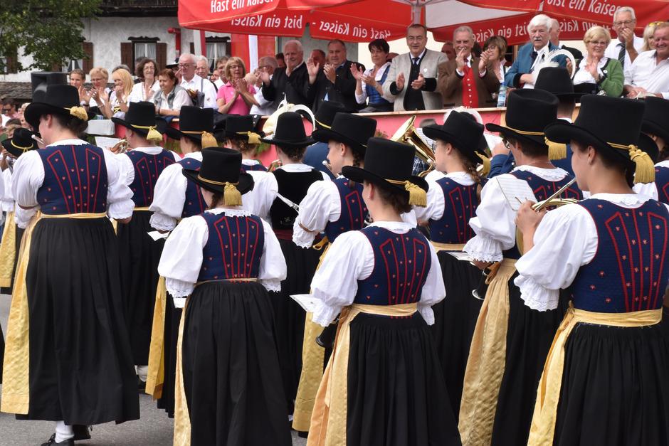Haare aufgesteckt – vorbildlich präsentierten sich diese Musikantinnen in Weißenbach – wenn es nach einem ranghohen Bewerter geht.