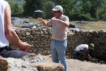 Grabungsleiter Michael Tschurtschenthaler führt Besucher.