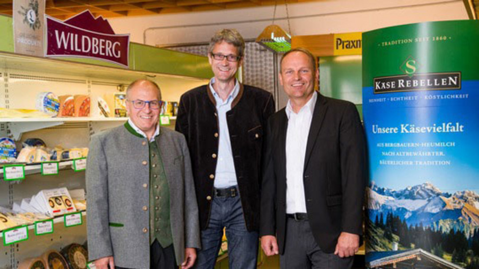 Eine Käsereiübernahme gibt es im Außerfern (v.l.n.r.): Josef Krönauer (Sulzberger Käserebellen), Johann Meier (Stegmann Emmentaler Käsereien) und Andreas Geisler (Sulzberger Käserebellen).