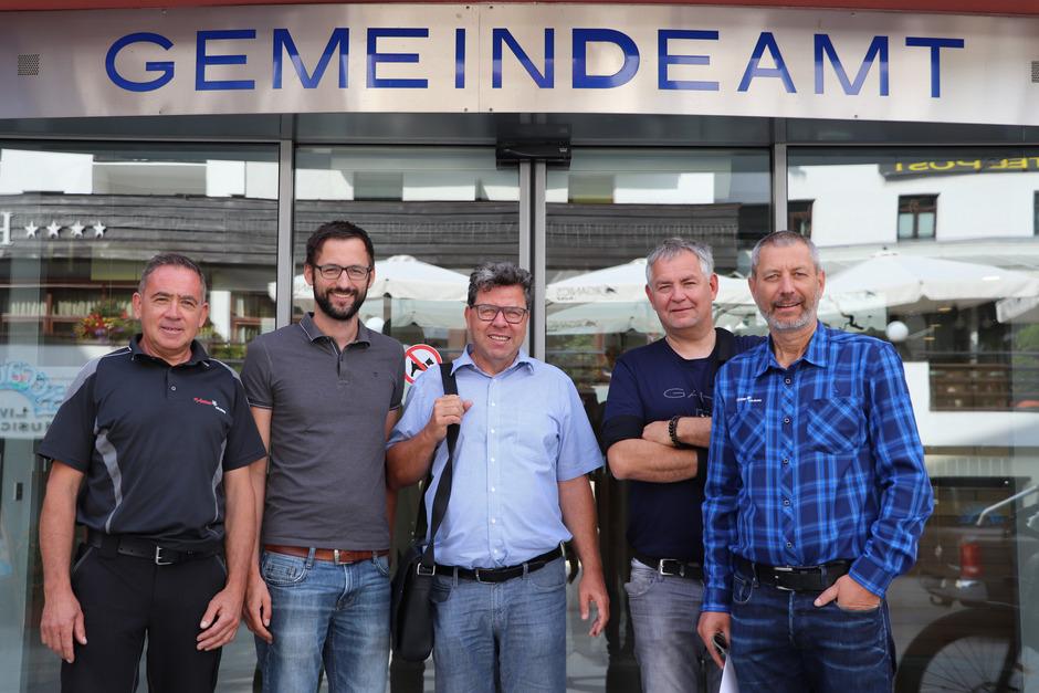 """Markus Steinmüller (Ortsbildausschuss), Matthias Karadar (Tiroler Bildungsforum), Clemens Enthofer, Bürgermeister Helmut Mall sowie Peter Mall stellen die Weichen zur """"Natur im Garten""""-Gemeinde."""