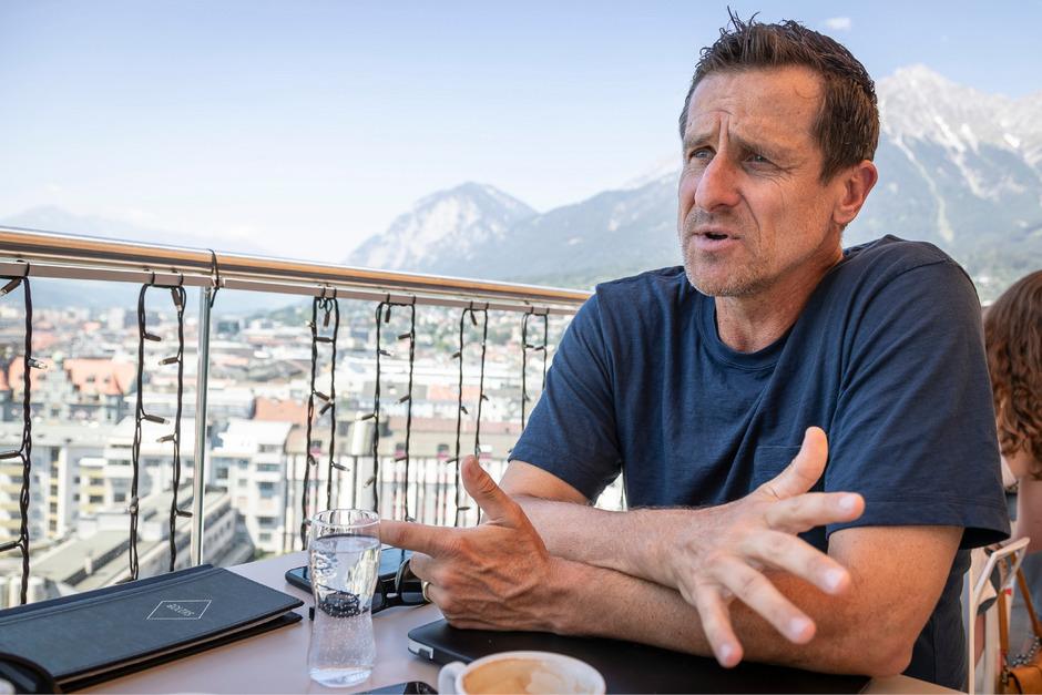 Vor der Kulisse der Tiroler Bergwelt sprach Turnierdirektor Alexander Antonitsch über die Generali Open.