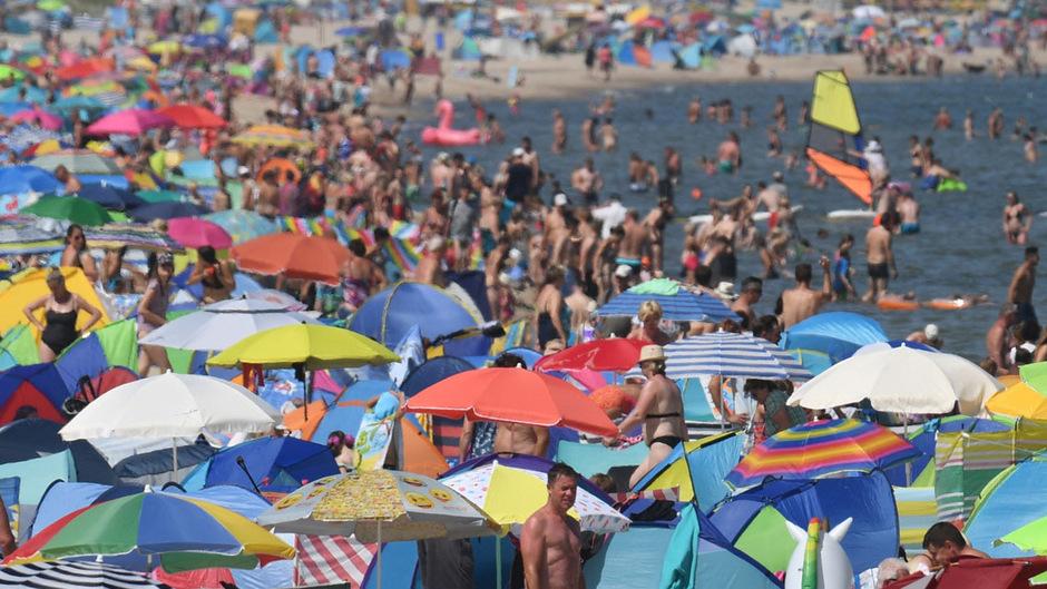 Hunderte Menschen verbringen den heißen Sommertag an einem Ostsee-Strand auf der Insel Usedom.