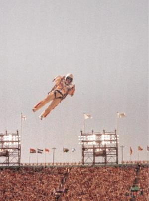 Ein Mann fliegt bei der der Eröffnungszeremonie der Olympischen Spiele in Los Angeles 1984 mit einem Raketenrucksack.