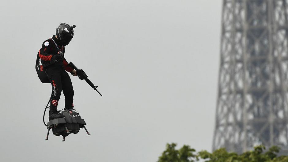 Ein Held der Lüfte? Der Erfinder Franky Zapata flog bei der Pariser Militärparade mit seinem Flyboard.Beeindruckend, aber was soll das Gewehr in seiner Hand?
