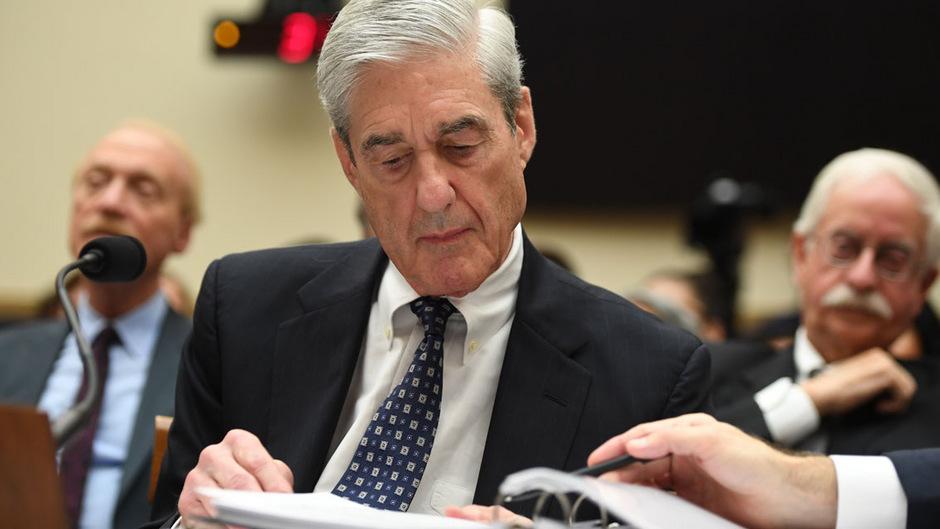 Sonderermittler Robert Mueller fragte bei seiner Anhörung wiederholt nach und blätterte in seinen Unterlagen. Von manchen wurde das so ausgelegt, dass er unsicher wirkte.