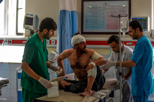 Ein Verletzter wird in einem Krankenhaus in Kabul behandelt.