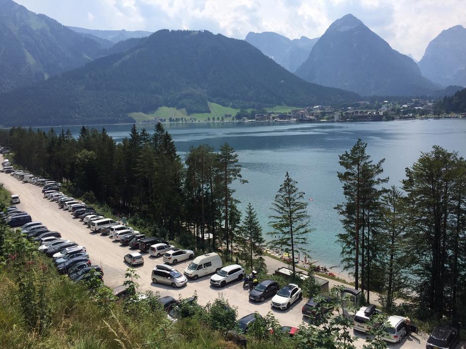 Entlang der Seeuferstraße in Eben herrschte gestern Gerangel um Parkplätze.