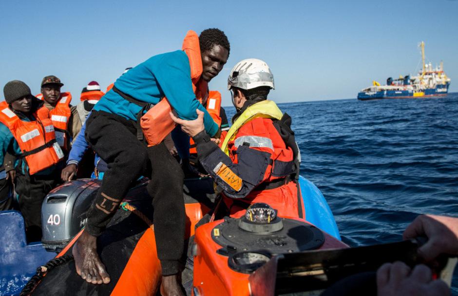 Rettung von schiffbrüchigen Migranten im Mittelmeer (Symbolfoto).