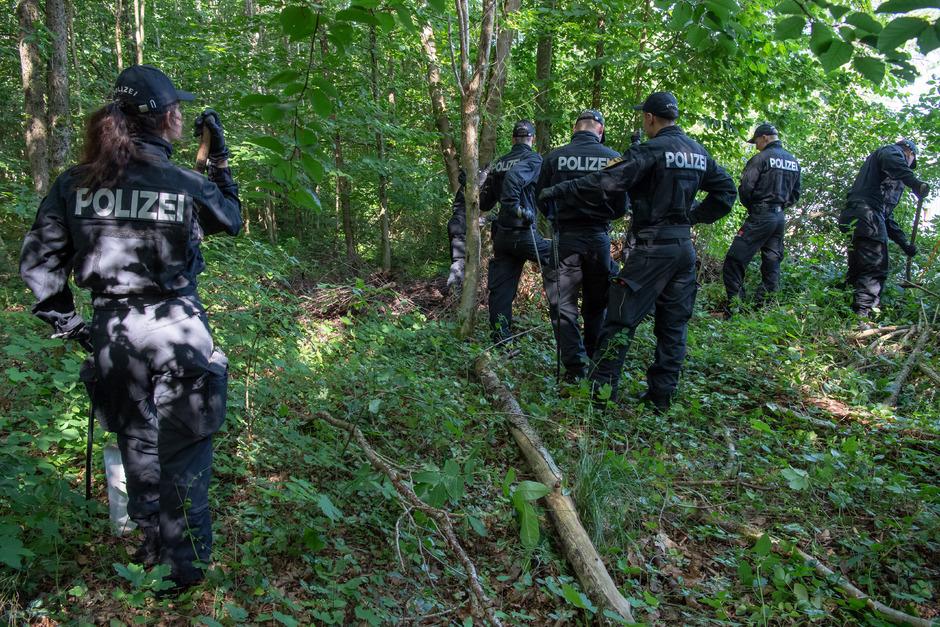Polizisten suchen in einem Waldstück bei München nach zwei Leichen. Eine 41-Jährige und ihre 16-jährige Tochter werden seit ein paar Wochen vermisst.