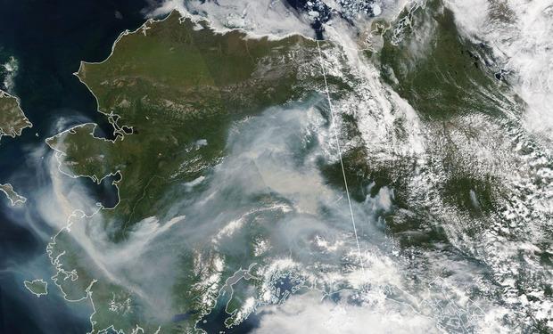 Auf Satellitenbildern der NASA ist derzeit ein dichtes Rauchband über dem südlichen Alaska zu sehen.