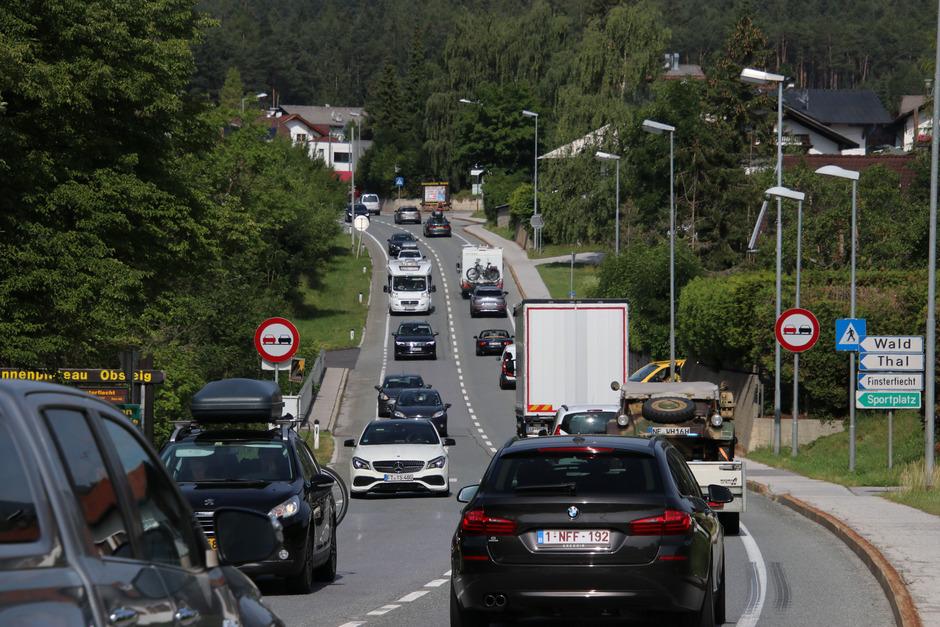Die Verkehrsbelastung auf der Obsteiger Ortsdurchfahrt beschränkt sich nicht nur auf die Reisewochenenden: Das ist eine Momentaufnahme vom vergangenen Montag.