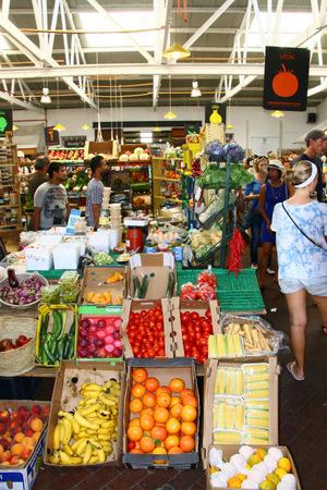 Nicht nur die Häuser haben strahlende Farben, auch das Obst und Gemüse im Neighbourgoods Market.