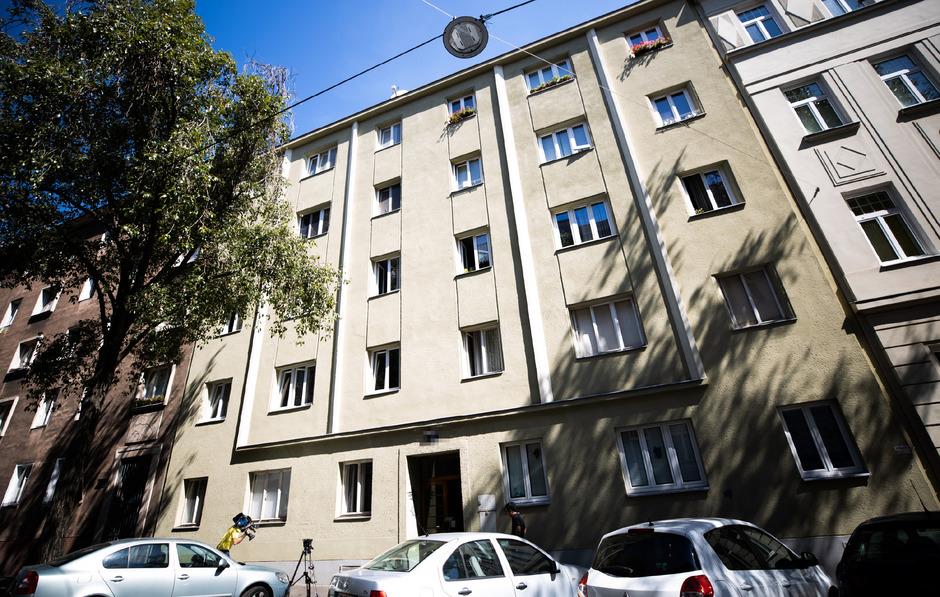 Ein zehn Monate alter Bub ist am Donnerstag aus einem Fenster im vierten Stock einer Wohnung in Wien-Fünfhaus gestürzt und gestorben.