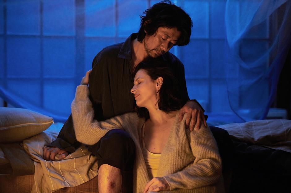 """Jeanne (Juliette Binoche) ist auf der Suche nach der Vision und spirituellem Frieden. Den findet sie bei Förster Tomo Satoshi (Masatoshi Nagase, """"Paterson"""") in den Urwäldern von Nara."""
