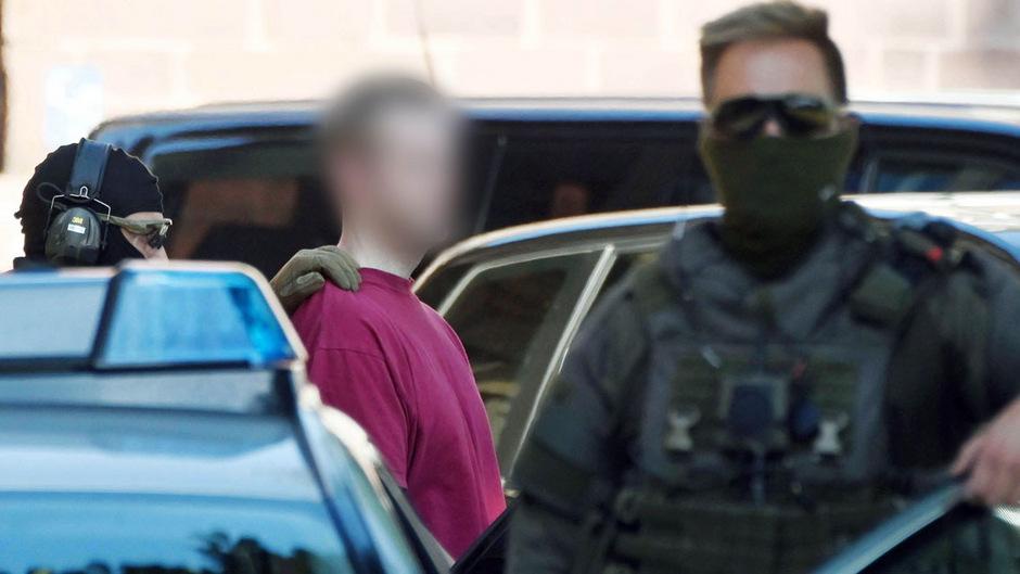 Der Tatverdächtige im Mordfall Lübcke wird von der Polizei zum Gericht eskortiert.