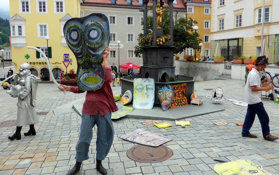 Ausgefallen und bunt demonstrieren Künstler gegen das Asbest-Zwischenlager in Kufstein.