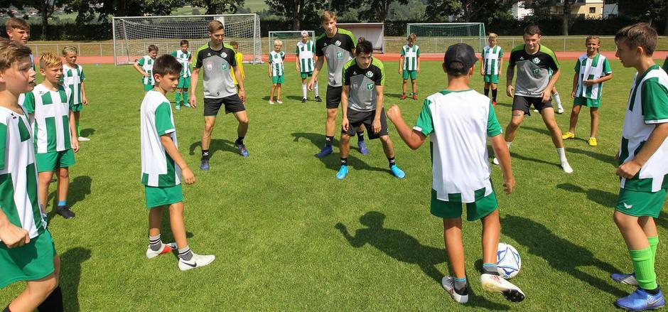 Die Bundesliga-Profis liefen zum lockeren Kick mit dem WSG-Nachwuchs auf.