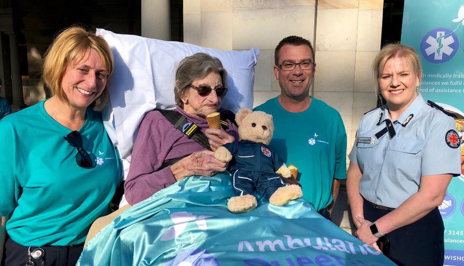 Als Erste wurde am Donnerstag die 92-jährige Betty Dowsett, die palliativmedizinisch versorgt wird, in den Botanischen Garten in Brisbane gebracht.