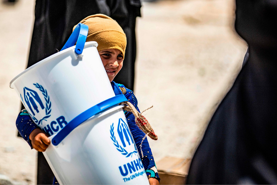 Mehr als 70.000 Menschen leben heute in Al-Hol, zwei Drittel davon Kinder. Alle sind auf die Unterstützung von Hilfsorganisationen angewiesen, doch sind die Hilfen meist unzureichend.