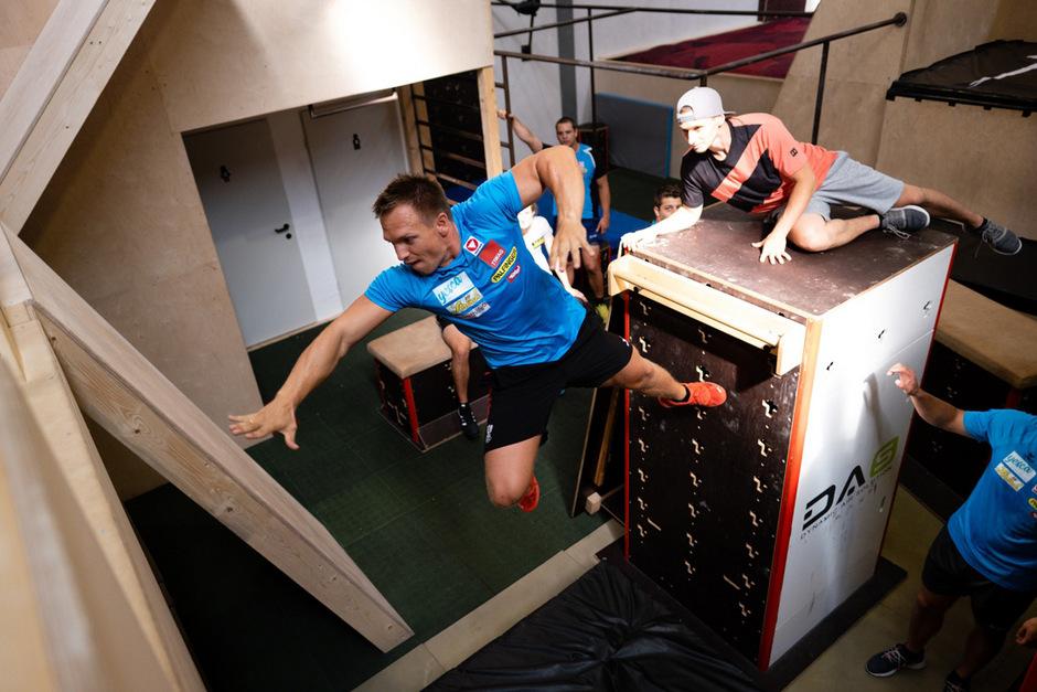 Indoor-Parcours: Abwechslung bietet das derzeitige Training der ÖRV-Kunstbahnrodler rund um Wolfgang Kindl (l.).