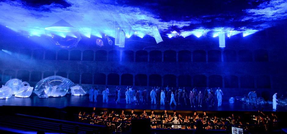 """In Salzburg verschmutzen die Meere in Mozart-Opern: Plastikmüll für """"Idomeneo"""", mit dem Regisseur Peter Sellars Umwelt- und Flüchtlingskrise thematisiert."""