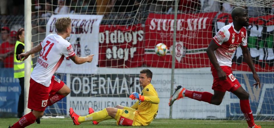 Die junge Elf des FC Wacker Innsbruck ging zum Saison-Auftakt in die Knie – Steyr-Neuerwerbung Christopher Bibaku (r.) drehte nach dem 1:0 jubelnd vor FCW-Keeper Lukas Wedl ab.