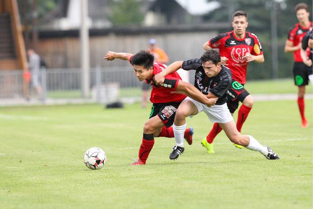 Imst-Kicker Thomas Moser (r.) stemmte sich vergeblich gegen die 0:4-Niederlage beim SV Hall, für die Neuzugang Yuto Nishida (l.) traf.