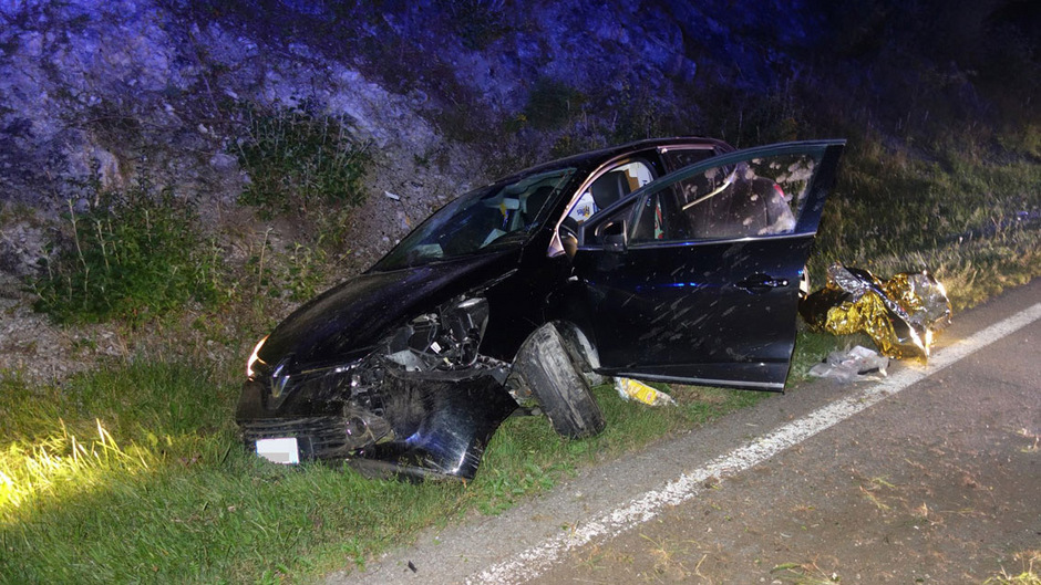 Ein 29-jähriger Mann dürfte auf der Fernpassbundesstraße am Steuer eingeschlafen sein. Das Auto landete im Straßengraben.