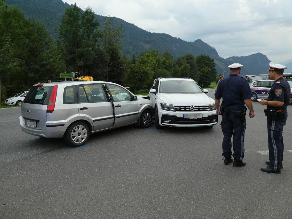 Als ein 38-jähriger Pkw-Lenker im Gewerbegebiet Maukenbach auf die Nebenfahrbahn abbiegen wollte, kam es zum Unfall.