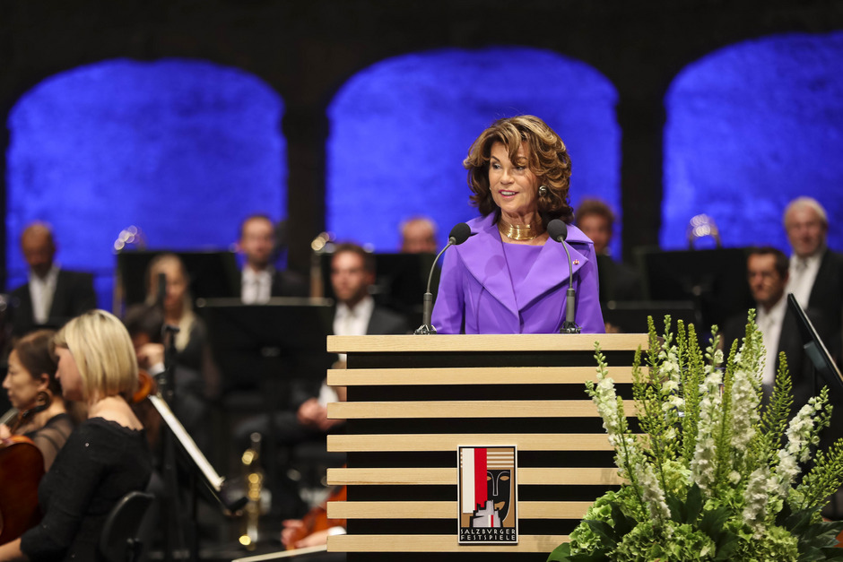 Bundeskanzlerin Brigitte Bierlein nutzte ihre Rede für ein Lob der Mythen und der Freiheit der Kunst.