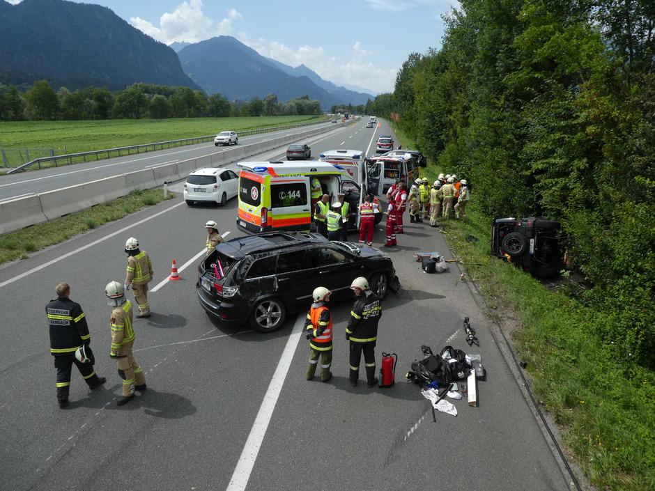 Auf der A12 ereignete sich Samstagmittag ein Unfall mit drei beteiligten Fahrzeugen und zwei Verletzten.