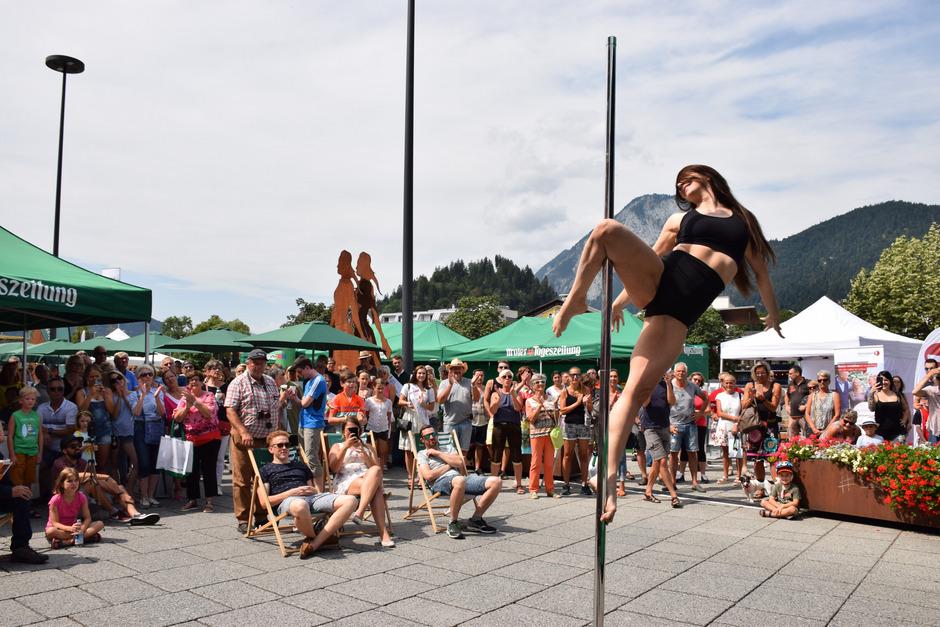 Hanna Riedler (Bild) demonstrierte gemeinsam mit Julia Fuchs und Lidia Baldemair dem staunenden Publikum, wie es aussieht, wenn man Muskelkraft und Akrobatik an der Pole vereint.