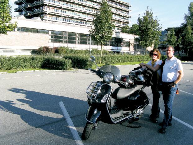 Wolfgang Heinzle macht mit Frau Christine gerne eine Ausfahrt mit seiner Vespa.