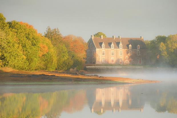 Mystisch liegt das Schloss von Comper zwischen Wald und Wasser.