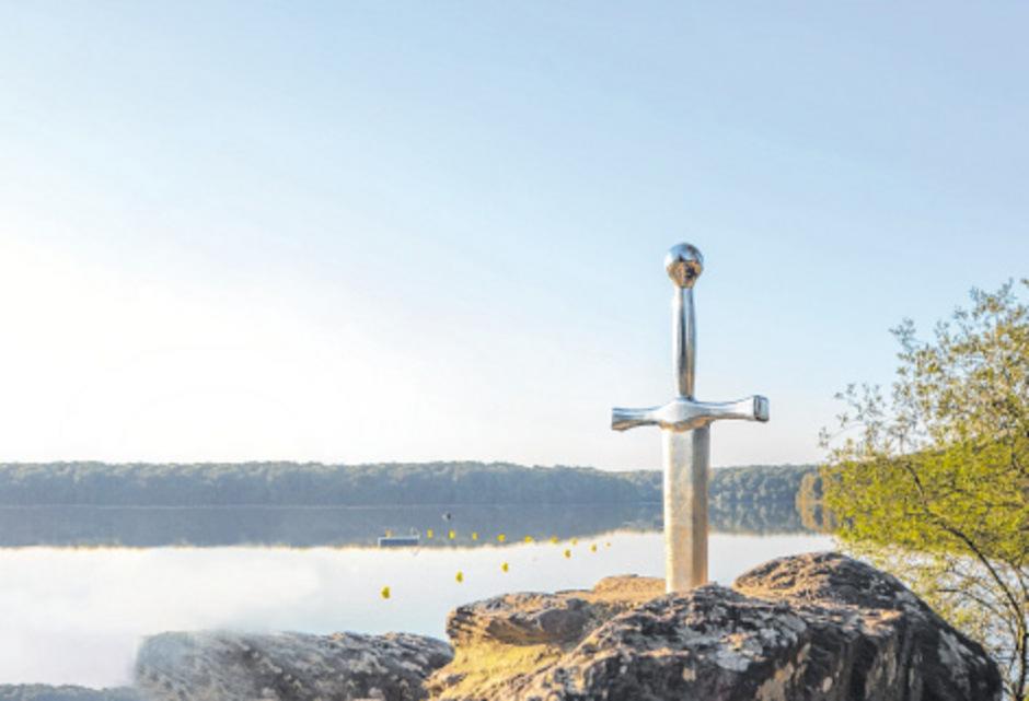 Die Nachbildung vom Schwert Excalibur steckt in einem Stein beim Trémelin-See in der Nähe von Saint-Gonlay in der Bretagne.