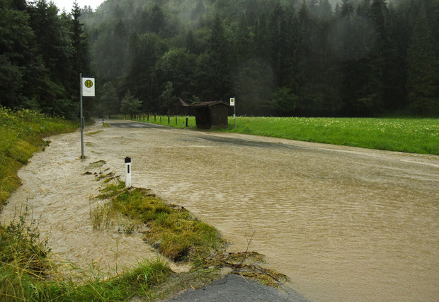 Die Kössener Landesstraße ist überflutet.