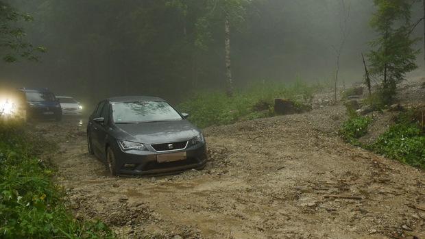 Nach einer Schlammlawine gab es für mehrere Pkw-Fahrer im Kaiserbachtal kein Weiterkommen mehr.