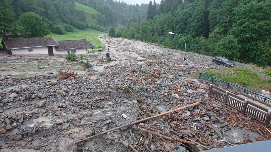 """Vermurung der Aschauer Landesstraße in Kirchberg. Die Talstation der """"Ki-West"""" dürfte die Mure nahezu unbeschadet überstanden haben."""