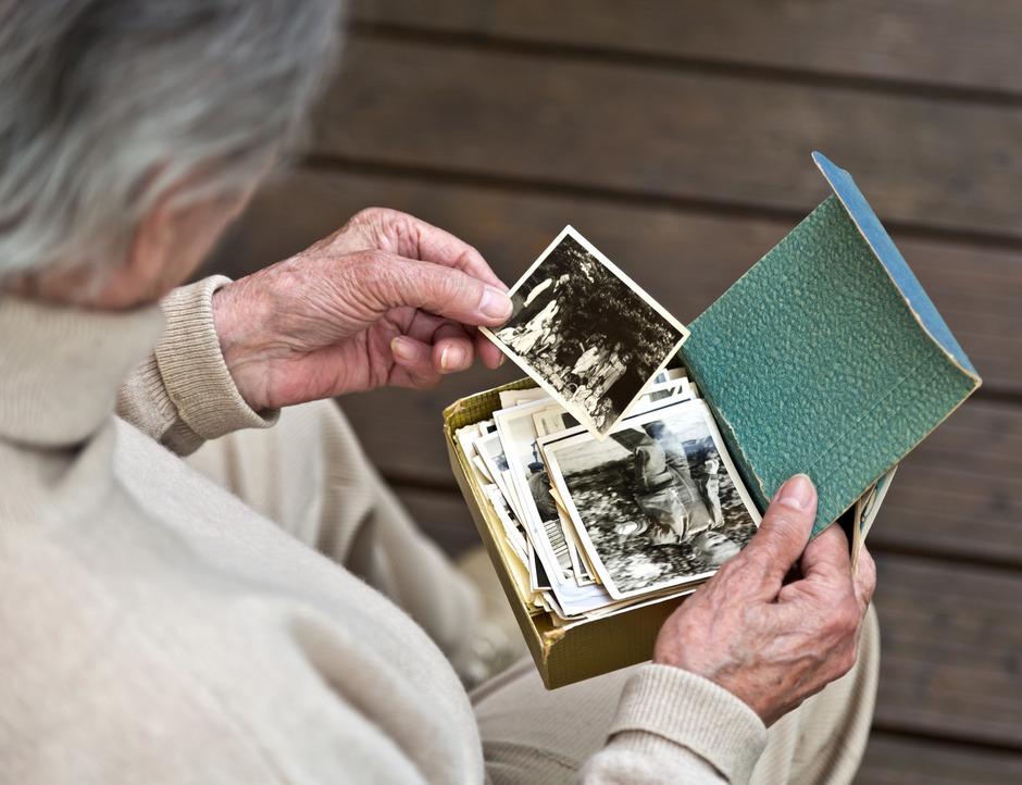 Demente Menschen können sich oft anhand von Bildern an frühere Ereignisse erinnern. Die Betreuung ist eine große Herausforderung.